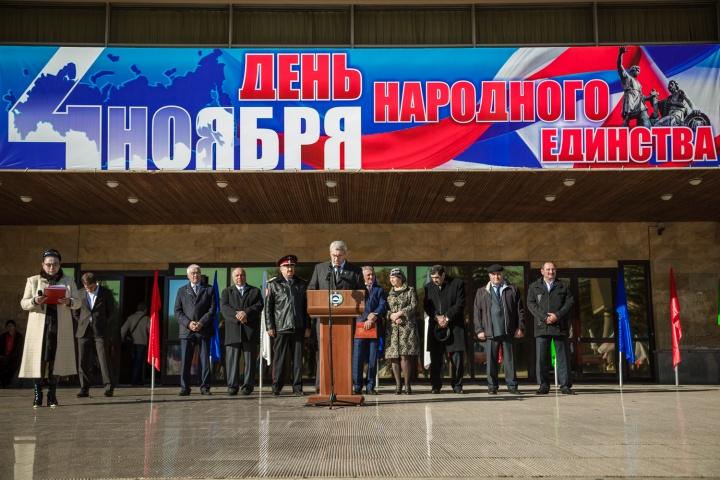 Митинг в День народного единства собрал на Театральной площади Черкесска около 3 тысяч человек